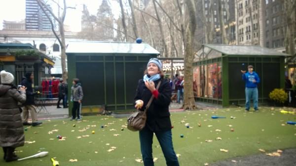 A jongla Sursa: bryantparkjuggling.blogspot.com