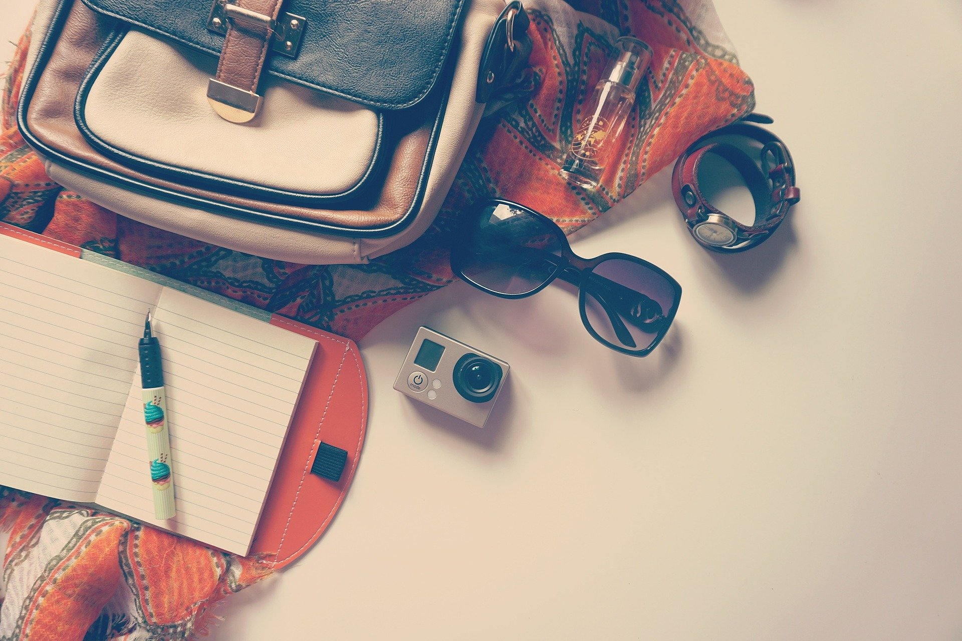 agenda ochelari pix aparat de fotografie si rucsac pentru calatorii