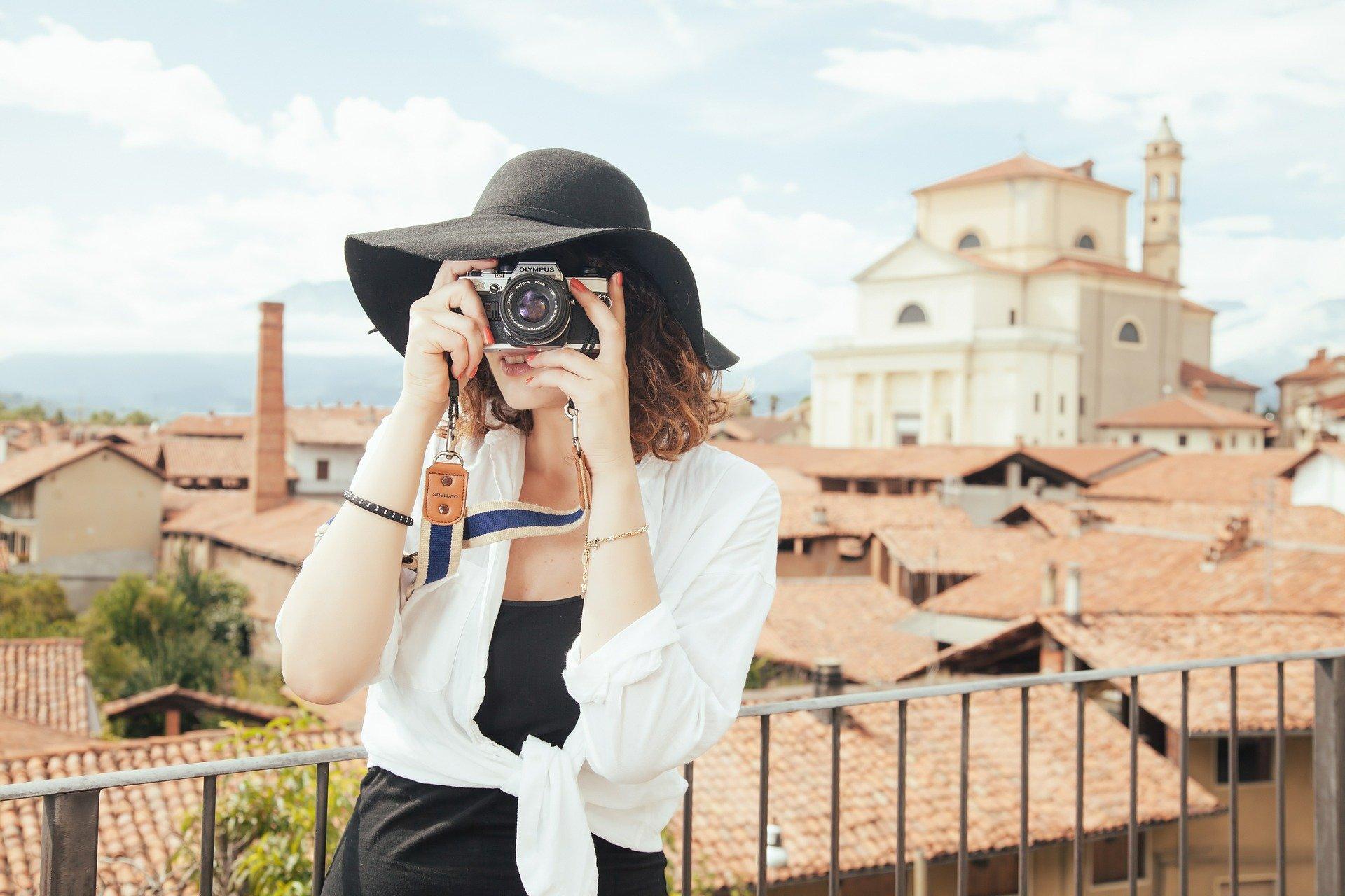calatorie fata care fotografiaza