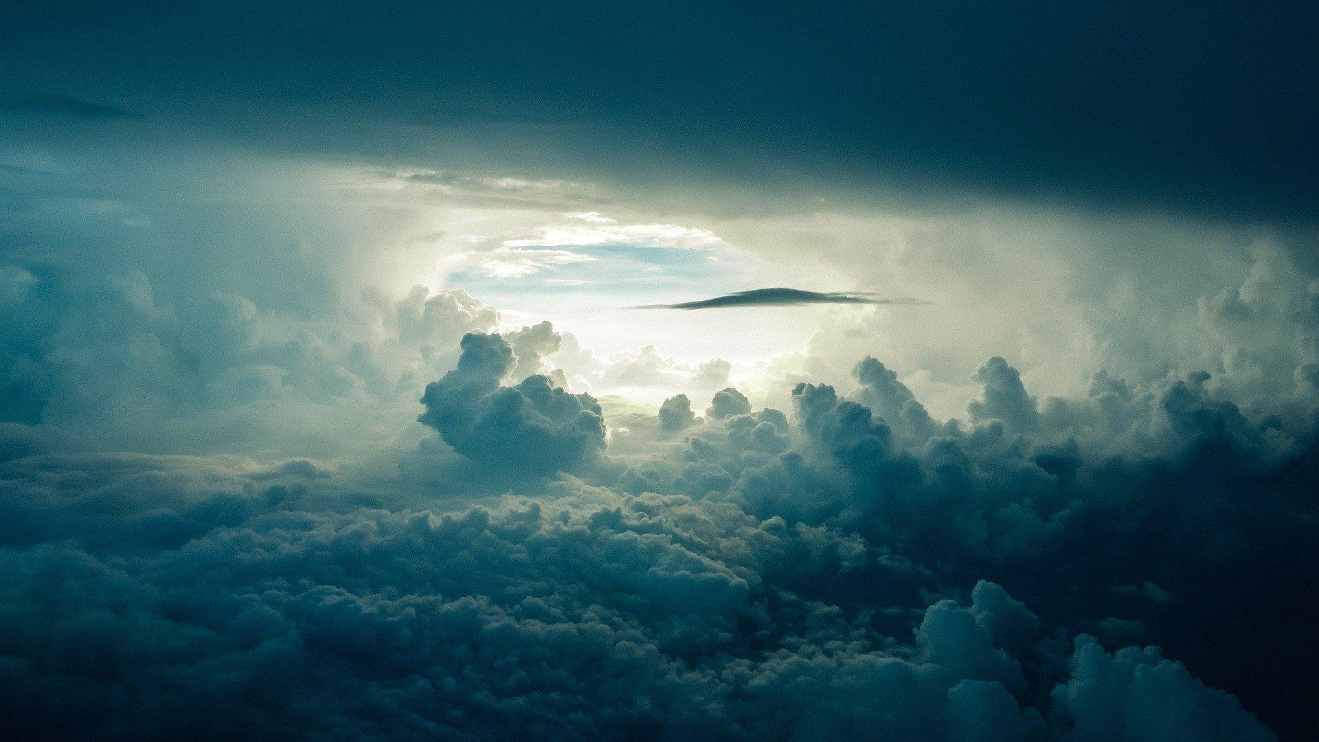 in interiorul unor nori