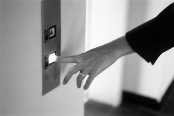 Femeie urcand intr-un ascensor, Foto: soldielavoro.it
