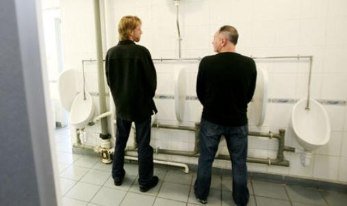 Barbati la toaleta publica, Foto: reddit.com