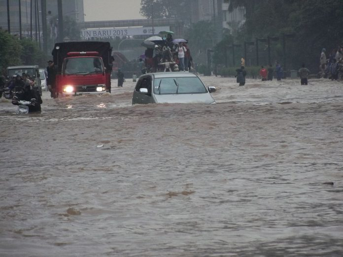 Interpretare vis in care esti surprins de o inundatie mare si te zbati sa supravietuiesti