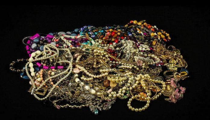 Interpretare vis in care iti vinzi sau amanetezi bijuteriile