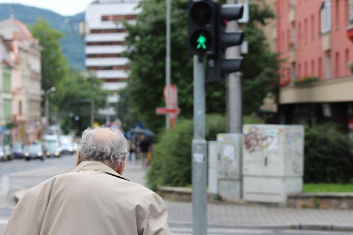 Interpretare vis in care ajuti un batran sa treaca strada sau la o activitate