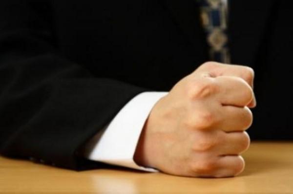Lovind cu pumnul in masa, Foto: maxisciences.com
