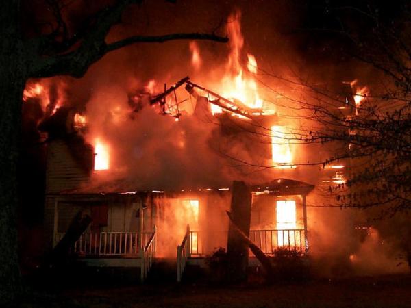 Casa ce arde, Foto: ramanispeaks.blogspot.ro