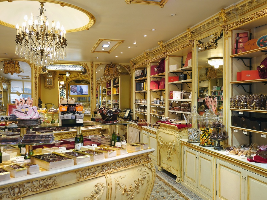 faci cumparaturi in magazine de lux
