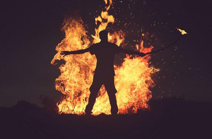 Interpretare vis in care iti da cineva foc si nu poti stinge focul