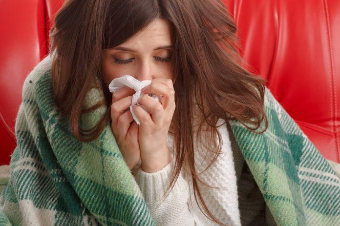 femeie racita, ii curge nasul